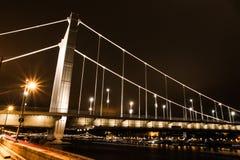 桥梁夜场面在布达佩斯 免版税图库摄影