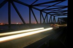 桥梁夜间业务量 库存照片