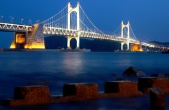 桥梁夜间gwangali防波堤视图 免版税库存照片