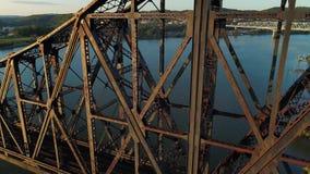 桥梁大角度降低的空中建立的射击在俄亥俄河的 股票视频
