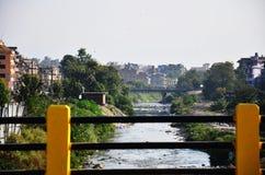 桥梁天桥污染运河在加德满都尼泊尔 库存照片