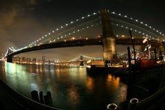 桥梁对视图的布鲁克林曼哈顿晚上 免版税库存照片