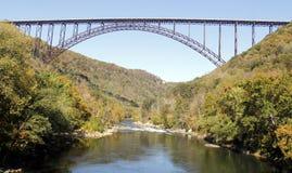 桥梁峡谷新的河 库存图片