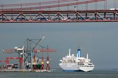桥梁巡航码头船 库存图片