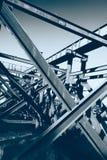 从桥梁工程站点的钢大梁背景 库存照片