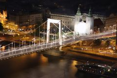 桥梁布达佩斯城堡伊丽莎白・匈牙利 免版税图库摄影