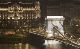 桥梁布达佩斯链多瑙河晚上岸冬天 免版税库存照片