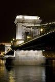 桥梁布达佩斯链多瑙河风险长的晚上 图库摄影