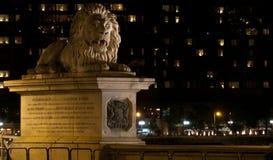 桥梁布达佩斯链狮子 免版税库存图片