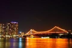 桥梁布里斯班晚上故事 免版税库存图片