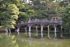 桥梁庭院日本京都oikeniwa 免版税库存照片