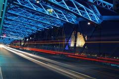 桥梁庭院晚上上海视图 免版税库存照片