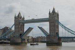 桥梁开放塔 免版税库存照片