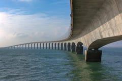 桥梁弯曲了在水 免版税图库摄影