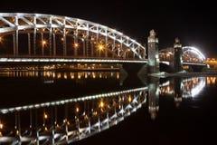 桥梁彼得斯堡圣徒 被停泊的晚上端口船视图 免版税库存图片