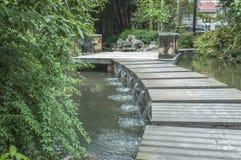 桥梁徒步〠'的住宅区 免版税库存照片