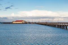 桥梁或码头横跨海浩瀚  免版税图库摄影