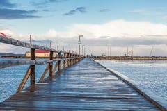桥梁或码头横跨海浩瀚  免版税库存照片