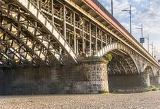 桥梁接近的照片结构 桥梁的钢框架 免版税图库摄影