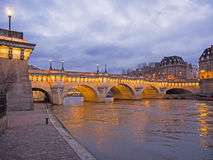 桥梁新桥在微明的巴黎 免版税图库摄影