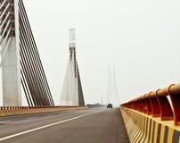 桥梁日有雾的河黄色 免版税库存照片