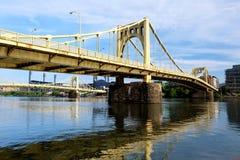 桥梁早晨宾夕法尼亚匹兹堡被看到的时间 库存图片