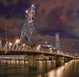 桥梁晚上俄勒冈波特兰场面钢 免版税库存图片