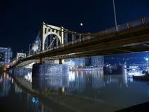 桥梁晚上匹兹堡 免版税库存照片