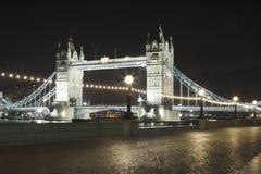 桥梁晚上塔 库存图片