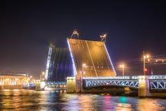 桥梁晚上宫殿彼得斯堡俄国st视图 免版税库存照片