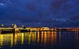 桥梁晚上宫殿彼得斯堡st 免版税库存图片