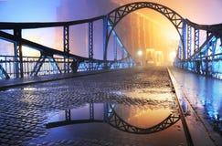 桥梁晚上老城镇 库存图片