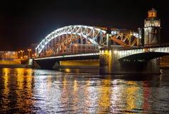 桥梁晚上视图 库存照片