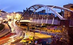 桥梁晚上谢菲尔德电车 库存图片