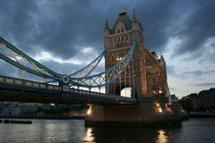 桥梁晚上风雨如磐的塔 免版税库存照片