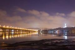桥梁晚上scape 免版税库存图片