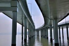桥梁曲线延伸的透视图 免版税库存图片