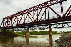 桥梁有雾的早晨河 免版税库存图片