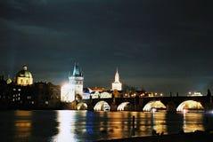 桥梁查尔斯晚上布拉格 免版税库存图片