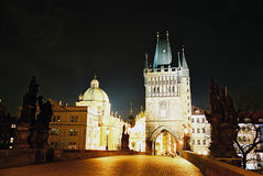 桥梁查尔斯晚上布拉格 免版税库存照片