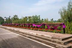 桥梁栏杆在巴南,重庆世界庭院里  库存照片