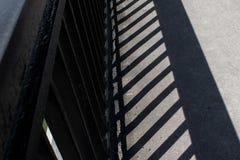 桥梁栏杆的阴影 库存照片