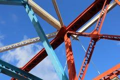 桥梁框架钢大梁绘了明亮的颜色 免版税库存照片