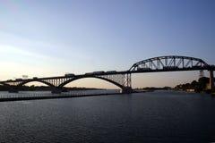 桥梁横穿和平 免版税库存照片