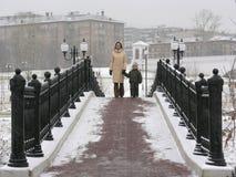 桥梁母亲儿子冬天 库存照片
