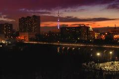 桥梁渡槽夜风景在工作者backround的和有奥斯坦基诺的集体农夫耸立在日落 免版税库存照片