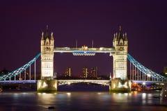桥梁照亮了夜间塔 库存照片