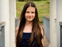 桥梁特写镜头的青少年的女孩 免版税图库摄影