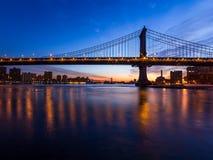 桥梁现出轮廓反对黎明天空 库存图片