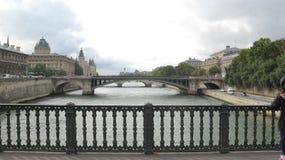 桥梁现代巴黎河围网 免版税库存照片